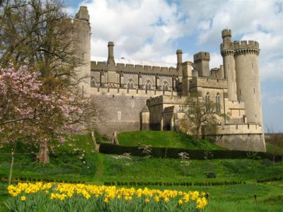 400px-Arundel_Castle_-_west_facade,_West_Sussex,_England_(18_April_2006).JPG